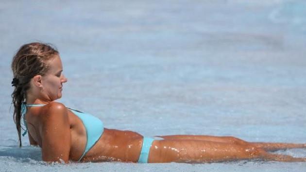 Antalya'da sıcaktan bunalan havuza koştu