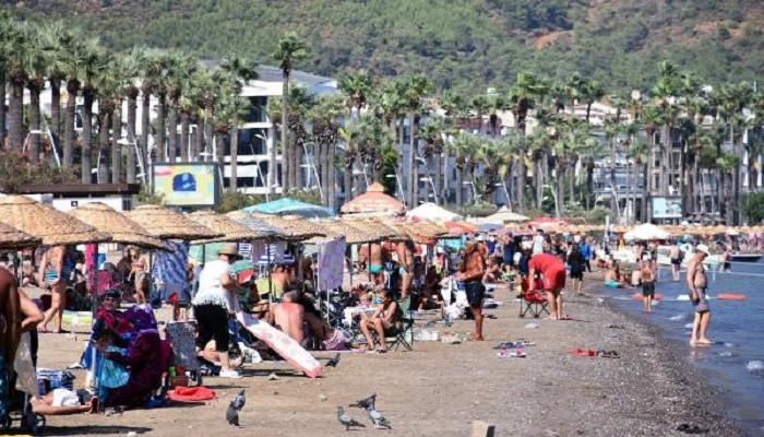 Marmaris'te tatilciler plajları doldurdu