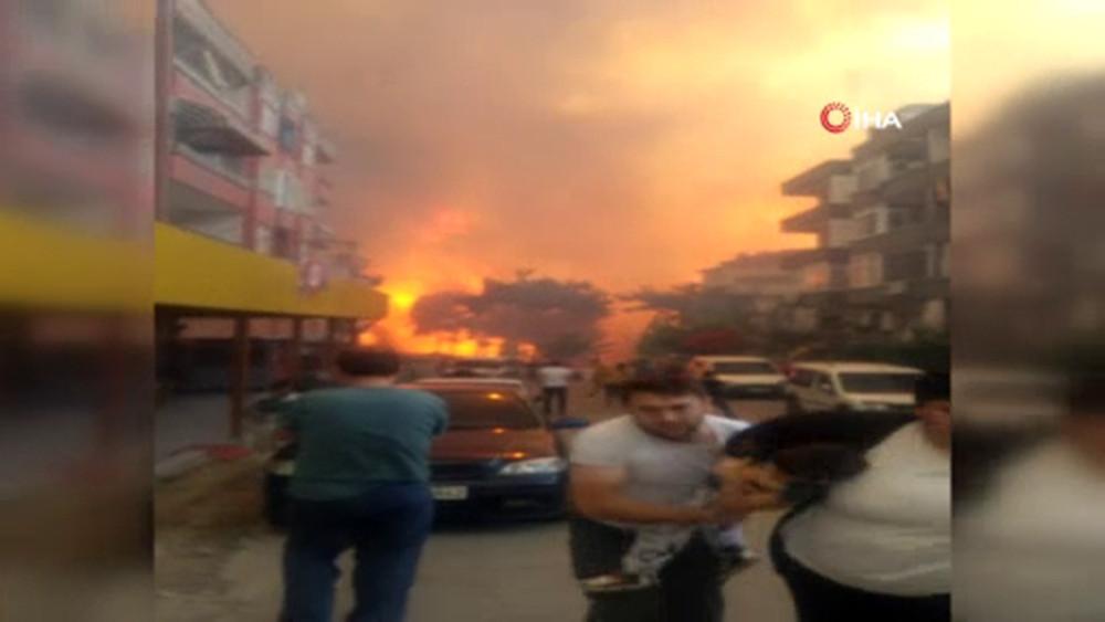 Elleriniz kırılsın: Hatay'da yangından dehşet görüntüler