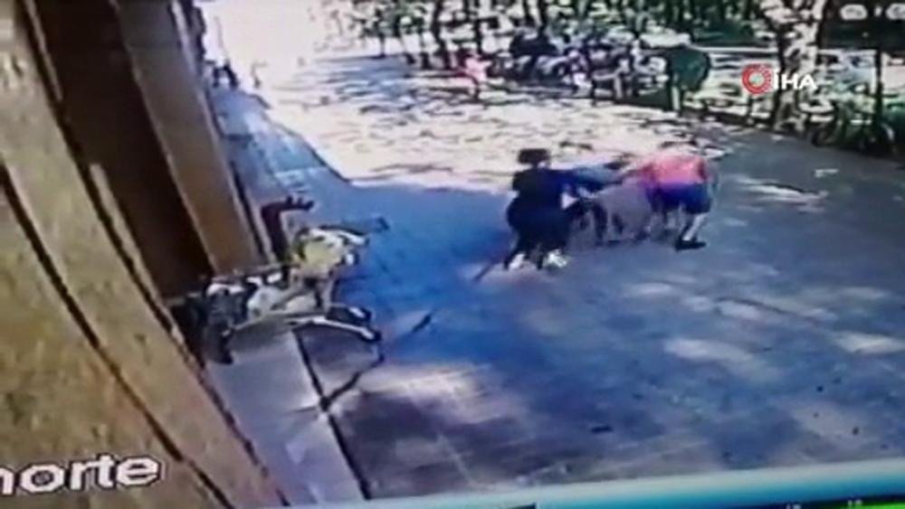 Brezilyalı model, hırsızı süpürge sapı ile dövdü