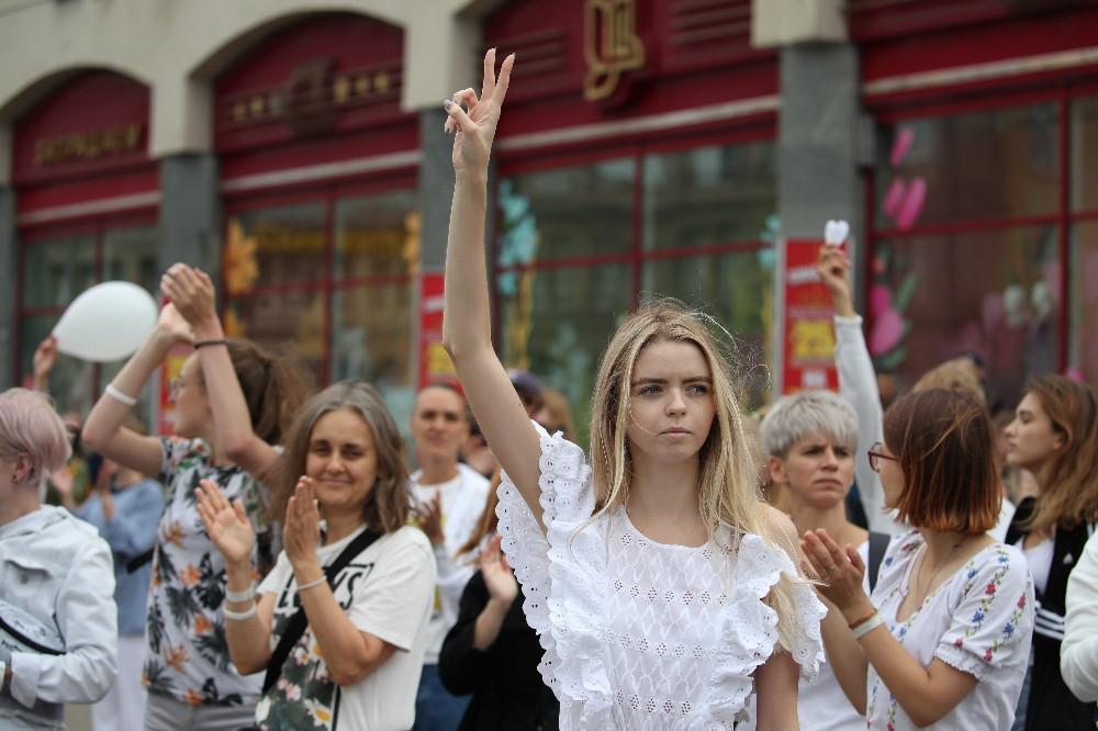 Belarus'ta muhaliflerin protestolarında kadınlar sokaklara indi