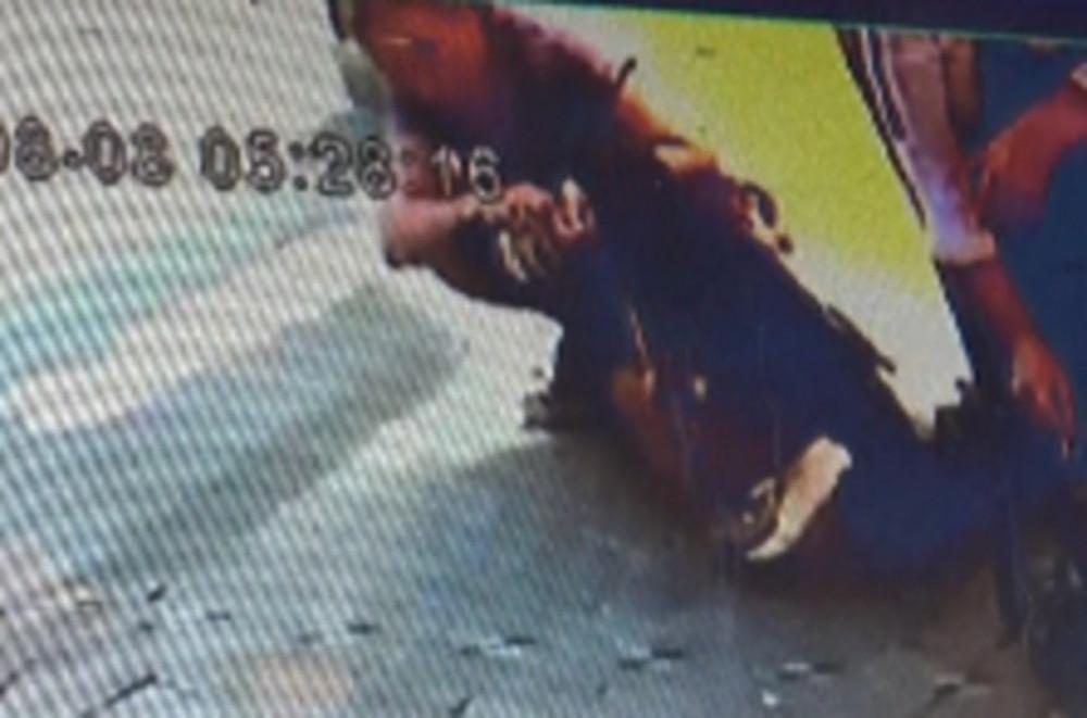 İzmir'de bir kadın sokak ortasında tuvaletini yaptı