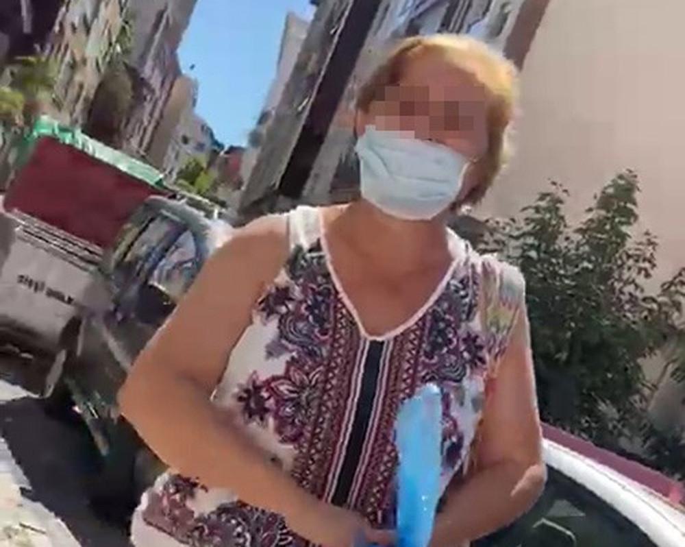 Kedi mamalarını çöpe atan kadın bu kez damacanayla saldırdı