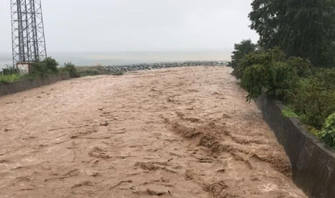 Rize'de Sel: Dereler Taştı, Yollar Kapandı